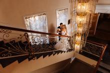 Фотосъемка свадьбы Андрея и Ольги в Могилеве - молодожены в ЗАГС-е - лестница